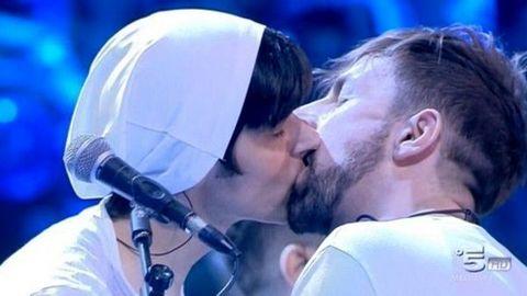 1660683_bacio_gay_amici-2