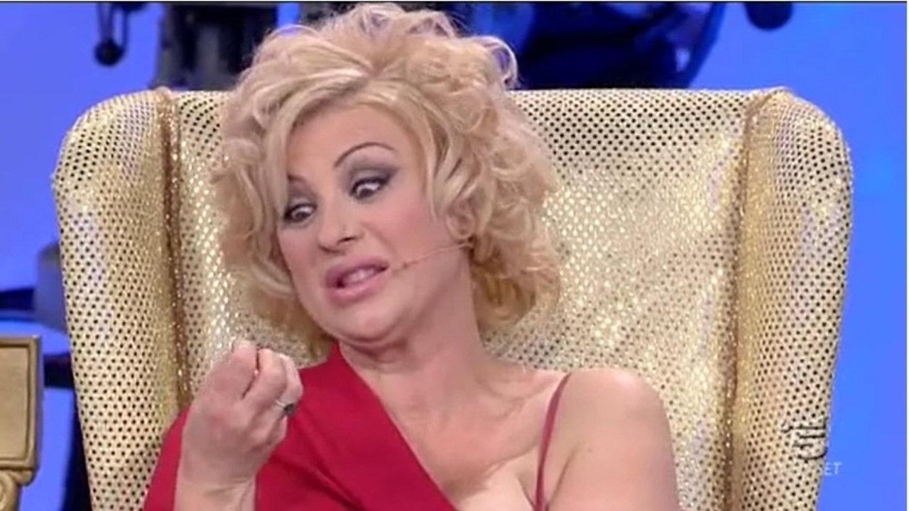 """Uomini e Donne, Tina Cipollari choc: """"Due concorrenti hanno fatto sesso virtuale"""""""