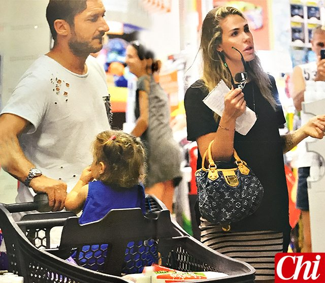 Ilary Blasi e Francesco Totti, spese al supermercato con la figlia Isabel