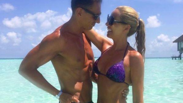 Federica Panicucci, sexy e innamorata alle Maldive