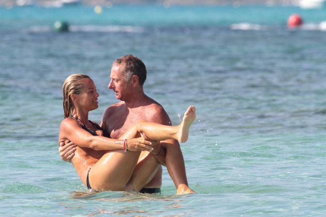 ©Andrea Di Tondo / LaPresse 07 - 2010 Formentera,Isole Baleari,Spagna Paolo Bonolis con la moglie Sonia al mare. Nella Foto,Paolo Bonolis