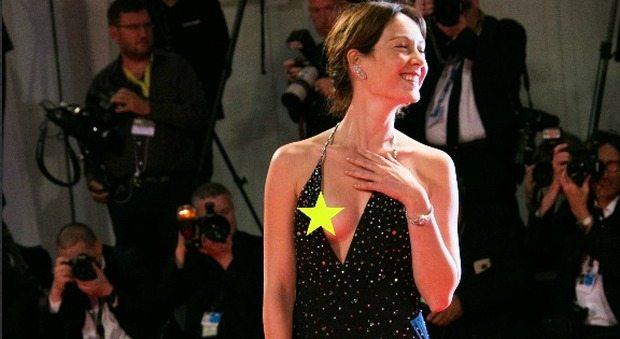 Cristiana Capotondi fuori di seno sul red carpet del Festival di Venezia