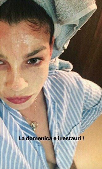 Emma Marrone fuori di seno: su Instagram con la maschera per il viso, ma ai fan non sfugge il particolare